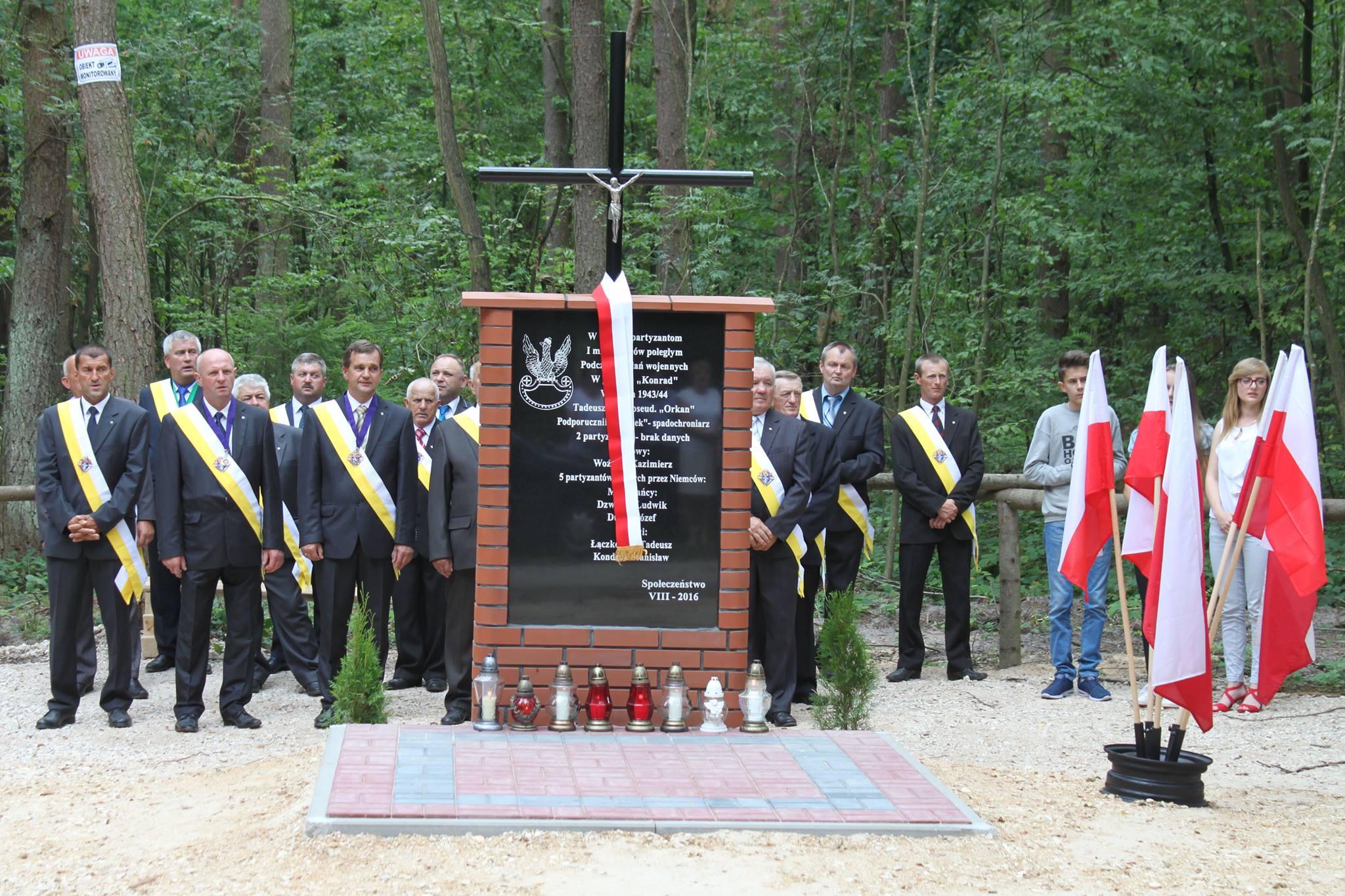 Odsłonięto pomnik ku czci  Armii Ludowej i Służby Bezpieczeństwa w Fanisławicach