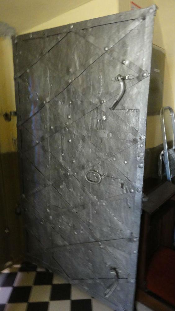 czarnca5-drzwi-z-dworu-zrobione-z-zbroi-rycerskiej
