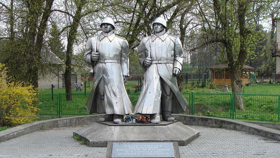 Policja przerywa demontaż pomnika wdzięczności armii sowieckiej w Łośniu. Stowarzyszenie Kursk w tle.
